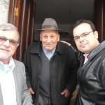 Marcelo M. Guimarães (fundador da ABRADJIN) e seu filho Matheus conversam com o Sr. Henriques, um dos anussim mais velhos de Belmonte.