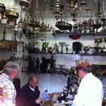 Diretores da ABRADJIN, Marcelo M. Guimarães e Joseph Shulam, visitam uma loja de antiguidades em Jafa (Israel), à procura de objetos dos judeus espanhóis e portugueses durante a inquisição.