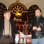 Palestra de Joseph Shulam (diretor da ABRADJIN) ao grupo em visita à sinagoga restaurada de Belmonte – Portugal.