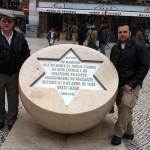 Visita de Marcelo M. Guimarães (fundador da ABRADJIN) e seu filho Matheus na praça do Rossio – Lisboa, palco dos terríveis autos-de-fé da inquisição no séc. XV e XVI.